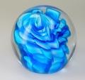 Traum-Glas-Kugel medium, blau und helle Blumenform