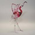 Flamingo mit ausgebreiteten Flügeln, stehend