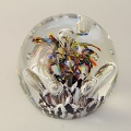Traum-Glas-Kugel medium, bunte Blume über weiß-braunen Grund