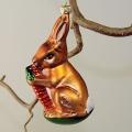 Hase mit Möhre zum hängen, haselnuß matt, handdekoriert
