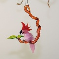 Kakadu auf Ast hängend mini, rose