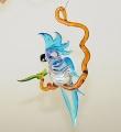 Kakadu auf Ast, hängend, groß, kristall-hellblau   -NEU-