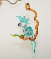 Kakadu auf Ast, hängend, groß, kristall-türkis  -NEU-