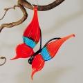 Schmetterling hängend, Flügel strukturiert, aquablau-rot