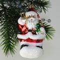 Weihnachtmann mit Glocke und Geschenken