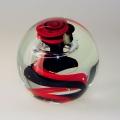 Traum-Glas-Kugel medium, schwarz-roter Sockel mit Blase